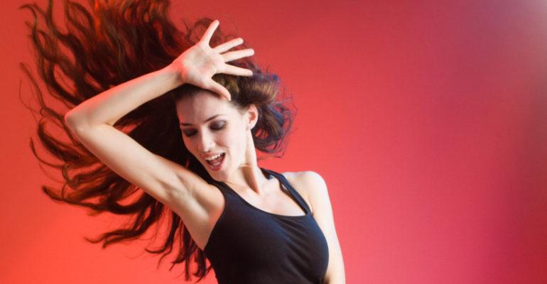 mujer-bailando-830x519